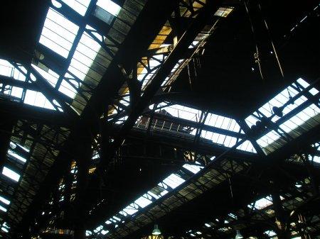 Techo sin vidrios en condiciones durante los 14 años de la concesión: los espacios blancos son vidrios que faltan y los oscuros vidrios tan sucios que ni dejan pasar la luz.