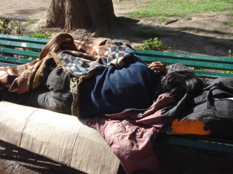 Erradicar la pobreza no significa correr a los pobres con mangueras con agua fría durante la noche ni golpearlos con los patoteros de la UCEP que oficializaron este año en la Ciudad Autónoma de Buenos Aires.