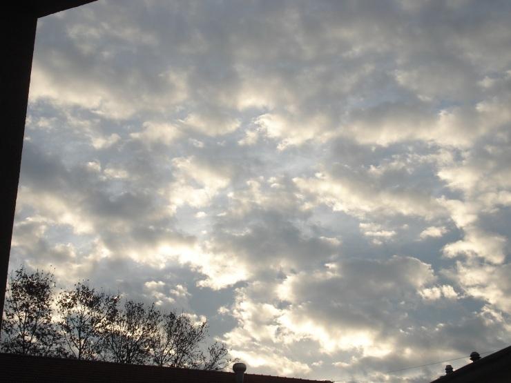 Cielo tormentoso el frío día de la votación en Argentina, al aterdecer, antes de la lluvia.