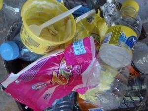Botellitas de plástico descartables, cajas de plástico, envoltorios de golosinas.