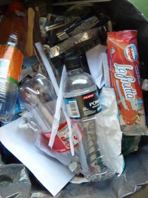 Botellitas de gaseosa o agua, cajas de plástico, papel o cartón de golosinas.