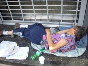Mujeres de todas las edades a la deriva, duermen en la calle sin otra oportunidad.