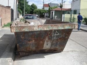 Obligado esq Amenedo en Adrogué, calle angosta, peligro un container ancho, mal pintado, sin iluminación.
