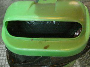 Los antiguos cestos de plástico aun coexisten con los más nuevos de metal. Sus bocas eran reducidas y muchos desperdicios no podían entrar.