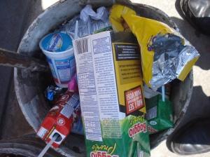Residuos rebasan el recipiente al lado del kiosco de la Estación de Trenes Adrogué.