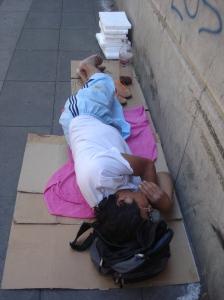 Comen restos que encuentran en la basura, recoren las calles pidiendo, dando lástima.