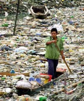 En nuestros arroyos se acumula así la basura flotante después de las lluvias que limpian las márgenes contaminadas por la población más inculta como si no tuviera conciencia ambiental.