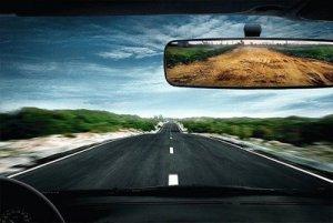 A medida que el hombre y su manto de civilización-asfalto avanza, se tranforma la tierra en algo como lo que se ve en el espejo. Todo espejo muestra sólo la realidad, para quien quiere verla.