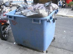 Una forma de enfrentar la gran cantidad de residuos en algunas esquinas. Suelen robarlos.
