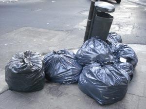 Los residuos no entran en los recipientes que el municipio coloca en algunas veredas, las bolsas se sacan con un horario, las recogen camiones especializados, con personal adiestrado.