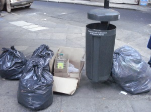 Las bolsas en que la gente junta la basura suelen ser más grandes que los reicpientes que se les ofrecen.