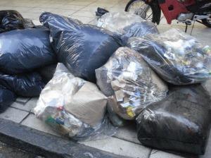 Cuando no hay clasificación previa de los residuos, los cartoneros deben romper las bolsas.