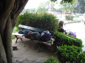 Están en cualquier parte descansan, tratan de trabajar y la sociedad les da la espalda...