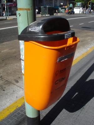 llamativo modelo de plástico usado en la ciudad, que suele romperse.