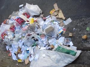 En cualquier sitio los cartoneros clasifican, acumulan, cargan y retiran. Plásticos. Los aplastan para disminuir el volumen.