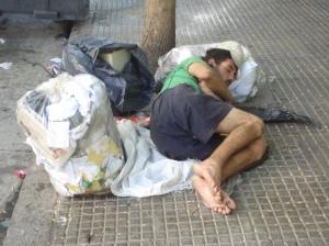 En soledad completa o compañía de otras bolsas de basura...