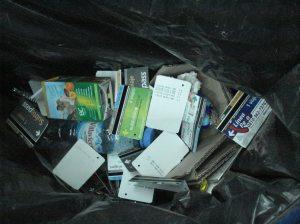 Canasto de residuos en Estación de subtes Retiro, conteniendo mayoría de tarjetas usadas del servicio de subterráneos.
