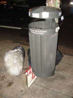 Las bolsitas que usa la gente para sus residuos no entran en los tarros, y las dejan de noche para que las recoja el camión.