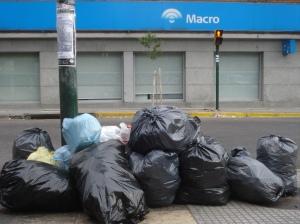 Montículo de bolsas de residuos aun sin clasificar por los cartoneros frente a MACRO.