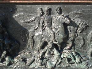 Sucesión de imágenes relatan detalles de la batalla, basta recorrer e imaginar, ayudados por el detalle excelso de los relieves.