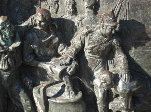 Plasmado en el bronce, los detalles de la lucha, que transportan a tiempos de armas primitivas, personales, para luchas sudorosas, sangrientas, prolongadas cuerpo a cuerpo.