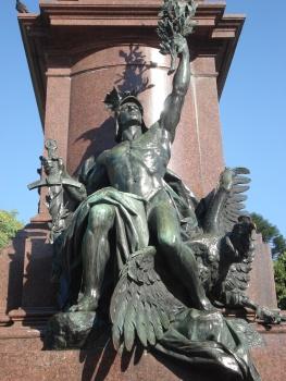 Las históricas placas de bronce del monumento, que tenían explicaciones y nombres, fueron robadas.