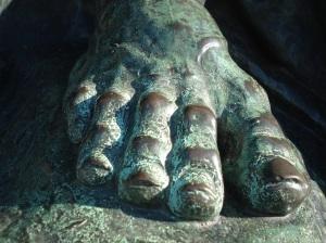 Un pie proporcionado, la garra del cóndor, el detalle de las plumas en las alas, un monumento con estatuas de calidad que perpetuó el bronce.
