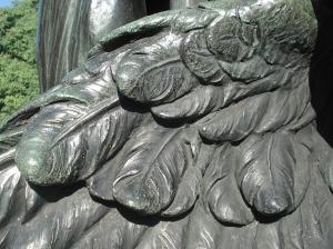 Detalle del ala de un cóndor que no volará, pero mantiene el testimonio de glorias pasadas. ¿No es hora de escribir en la historia las glorias de ésta época que en un siglo alguien quiera comemorar en un monumento aunque no sea de bronce?