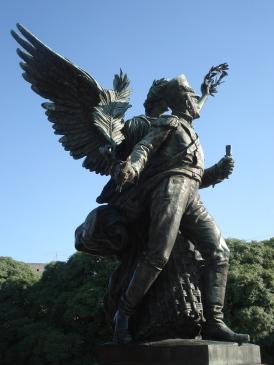Arriba la estatua principal del libertador, en cada lado estatuas también dignas de ser apreciadas en detalle.