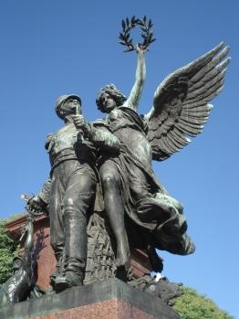 Estatuas secundarias en cada uno de los cuatro costados que vale la pena mirar con mucha atención.