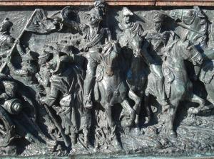 El amplio friso rememora aspectos dela batalla de Maipu, que motivó el monumento.