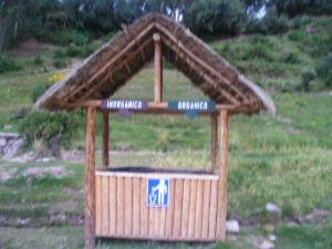 Combinando la visita turística a Tambo Machay en Perú, se muestra la enseñanza: clasifiquemos en Orgánico e Inorgáncio, para recuperar 80 % de la basura como fertilizante compostado.