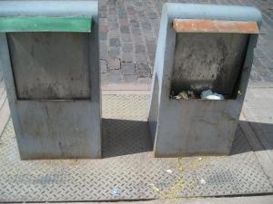 Modelo de basurero metálico diseño especial para disimular la suciedad del contenido, en los alrededores del centro de Cuzco.
