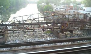 Sacada desde el tren Roca que cruza el Riachuelo: enormes cantidades de basura flotando se acumula y desborda hacia el Río de la Plata. esto es lo que se ve: lo que no se ve es mucho peor.
