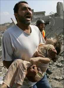 Palestino llora llevando en sus brazos al hijo muerto por los bombardeos de Israel.