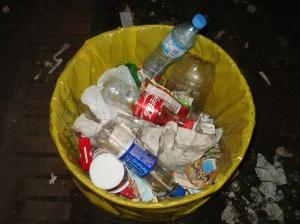 Siguiendo las recomendaciones habitualmente realizadas por FILATINA la cantidad de canastos colocados es suficiente, de modo que la gente en la plaza no tenga que caminar demasiado para arrojar los residuos en los cestos.