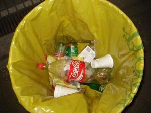 Muchos tarros estaban casi vacíos, sin embargo en toda la plaza había papeles, bolsas, botellas tiradas.