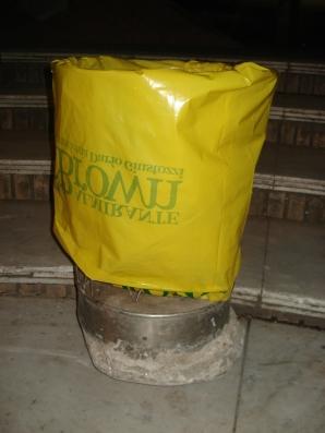 Nuevo modelo de canasto basurero para plazas a prueba en la Plaza San Martín lindante de la Estación de trenes de la ciudad de Adrogué.