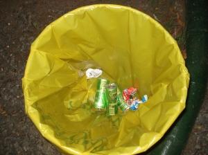 Lo esparcido fuera de los tarros indica que todavía se debe insistir con mensajes y carteles para que la gente arroje sus residuos solamente en los tarros.