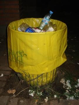 Quedando basura arrojada con descuido en el entorno de los tarros.