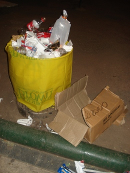 Paradójicamente donde están los tarros más llenos es por donde más basura hay afuera, proporcionalmente a la actividad.