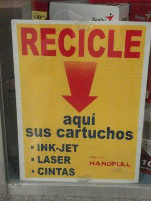 Previo a arrojar los residuos, se separa lo que sea útil y reciclable.