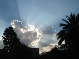 Un día cualquiera, nubes en el cielo, tarde cayendo, lejana amenaza de llover.