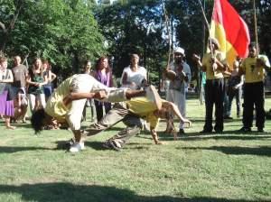 Una especie de práctica deportiva como un arte marcial pero con libertad y soltura corporal.