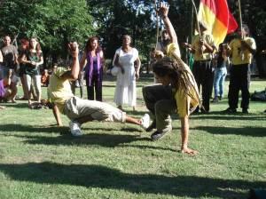 Saltos, patadas, lucha. Con elasticidad envidiable, los participantes juegan para recrearnos, sin riesgo.