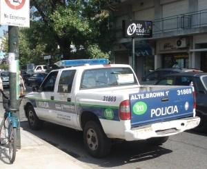 Vehículo policial stacionado contramano, frente al Banco de Mitre, sin patentes.