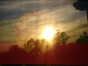 Es sol pega fuerte en la llanura entrerriana, y al amanecer resalta los colores de la bandera invitada.