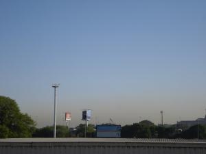 A la distancia, desde la ciudad de Buenos Aires, se observa el aire más oscuro contaminado de Dock Sud.