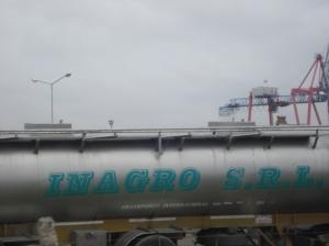 Desfile constante de enormes camiones costosos, retirando combustible para suministro de las diferentes zonas.