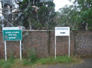 Afuera de los alambrados, carteles indicativos del sitio para entrar.